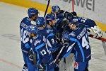 Хоккеисты Динамо-Минск празднуют победу в матче против Металлурга (Магнитогорск)