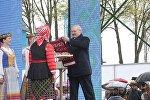 Президенту вручили 30-метровый рушник