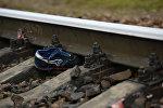 Кроссовок на железнодорожном полотне, архивное фото