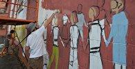 Художники раскрашивают здания в Минске
