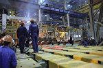 Рабочие на заводе. Архивное фото
