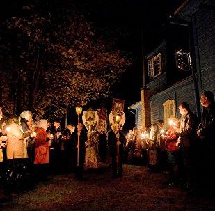 Крестный ход в пасхальную ночь возле Вознесенской церкви в деревне Ставок в Брестской области