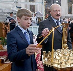 Аляксандр Лукашэнка з сынам Мікалаем у храме Шклова