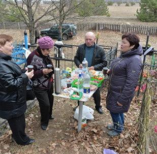 Беларусы памінаюць продкаў на Радаўніцу, архіўнае фота