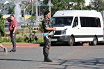 Сотрудник милиции с мегафоном