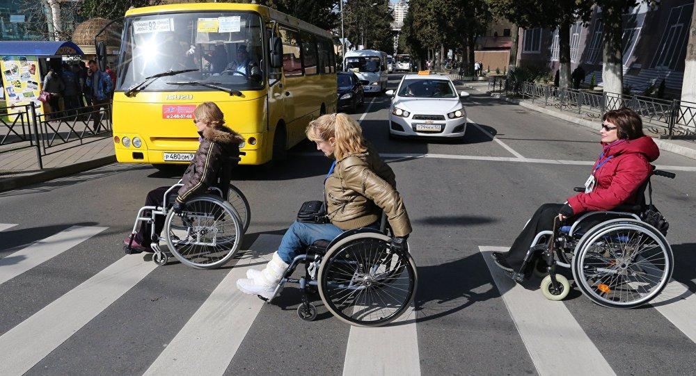 Инвалиды на пешеходном переходе