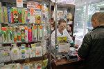 Провизор и покупатель в одной из аптек