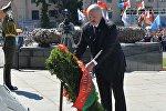 Александр Лукашенко возлагает венок на площади Победы в Минске