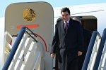 Президент Туркмении Гурбангулы Бердымухамедов спускается по трапу самолета