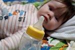 Ребенок и бутылка со смесью