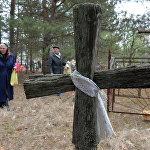 Старыя ідуць на могілкі каля адселенай вёсцы Дронькі Хойніцкага раёна.