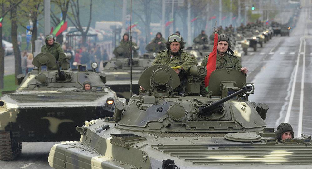 Мінчане назіраюць за калонай ваеннай тэхнікі па вуліцам Мінска падчас рэпетыцыі параду ў гонар 70-годдзя Перамогі