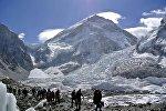 Альпинисты возвращаются с экспедиции на Эверест, архивное фото
