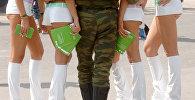 Военнослужащий с девушками. Архивное фото