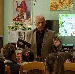 Главный редактор журнала Вяселка Владимир Липский беседует с детьми о литературе
