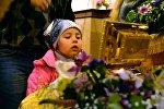 Ребенок у ковчега с Частицей Ризы Господа Иисуса Христа