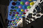 Красочные зонтики украсили пешеходную аллею в центре Иерусалима