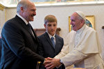 Президент Александр Лукашенко с сыном Николаем во время встречи с Папой Римским.