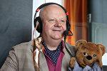 Владимир Воронков и медведь Топа в студии радио Sputnik