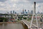 ид на Свентокшиский мост через реку Висла в Варшаве