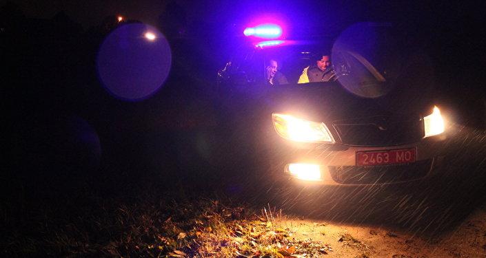 Шофёр перекинувшейся машины исчез, оставив надороге тяжело травмированного пассажира