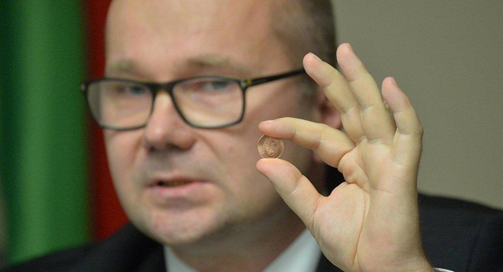Зампред правления Нацбанка Дмитрий Лапко с новой монетой