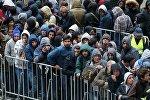 Мигранты в очереди на регистрацию,  Берлин, Германия