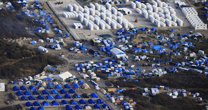 Вид с воздуха на импровизированный лагерь мигрантов Джунгли во французском Кале