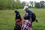 Семья мигрантов идет к венгерской границе из Хорватии