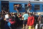СПУТНИК_Беженцы через окна лезли в поезд, направляющийся в столицу Хорватии