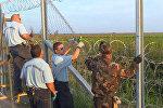 СПУТНИК_Колючая проволока и забор: Венгрия перекрыла лазейку в Европу для беженцев