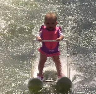 СПУТИК_Шестимесячная рекордсменка: девочка проехала 209 метров на водных лыжах в США