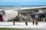 Пожарные расчеты тушат двигатель Boeing в аэропорту Ханэда