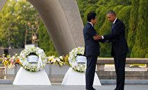 Президент США Барак Обама и премьер-министр Японии Синдзо Абэ возле мемориала в Хиросиме
