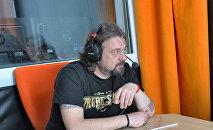 Музыкант и радиоведущий Александр Кривошеев в студии радио Sputnik