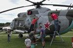 Музей авиации пригласил волонтеров помыть самолеты и вертолеты.