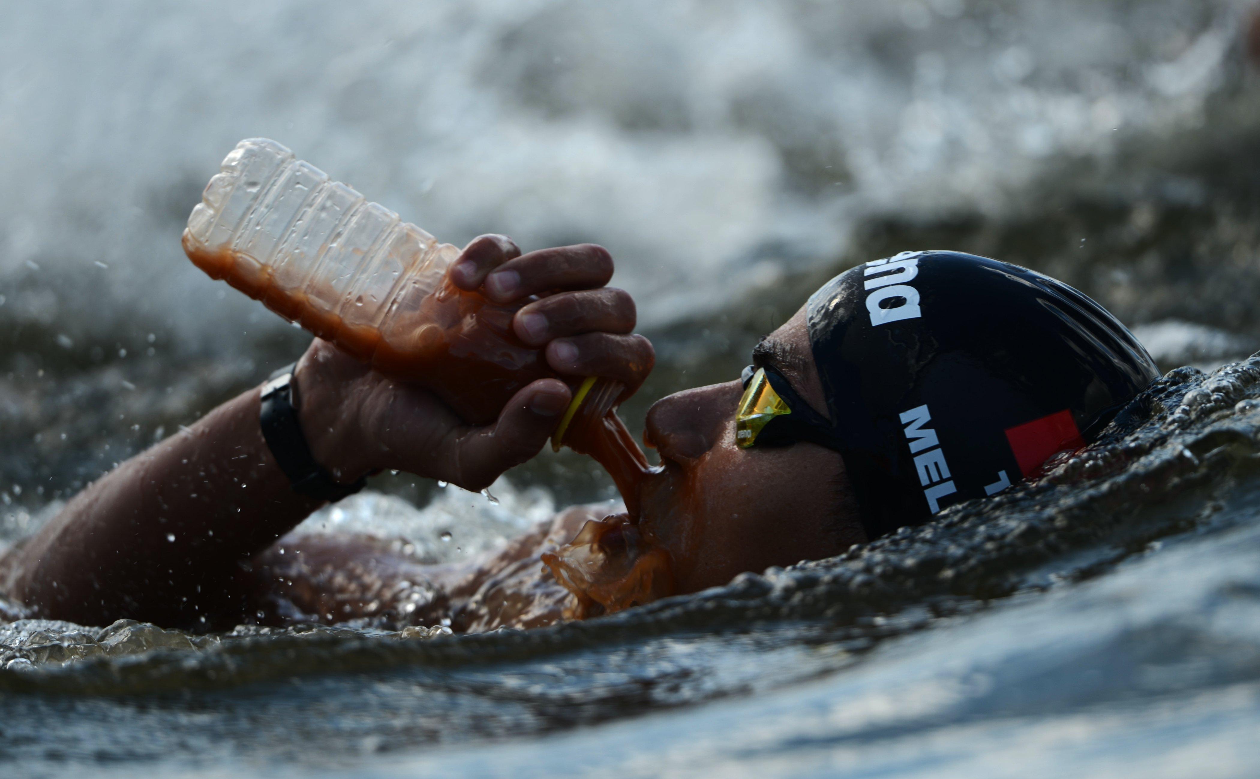 Усама Меллули (Тунис) на дистанции 10 км на открытой воде среди мужчин на XVI чемпионате мира по водным видам спорта в Казани