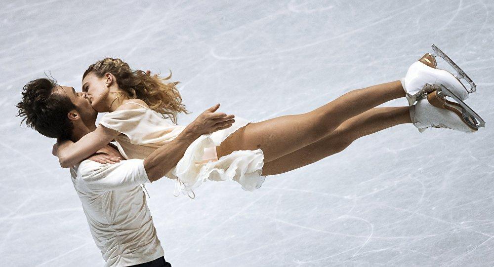 Габриэлла Пападакис и Гийом Сизерон (Франция) выступают в произвольной программе танцев на льду на командном чемпионате мира по фигурному катанию в Токио