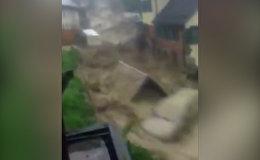 Спутник_Мощный поток уносил автомобили по улице во время наводнения в Германии
