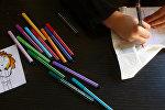 Ребенок рисует фломастерами. Архивное фото