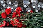 Траурные цветы и свечи