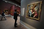 Посетитель у картины Эль Греко Несение креста