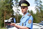 Сотрудник ГАИ с радаром