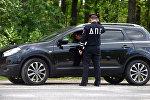 Инспектор ГИБДД проверяет документы у водителя