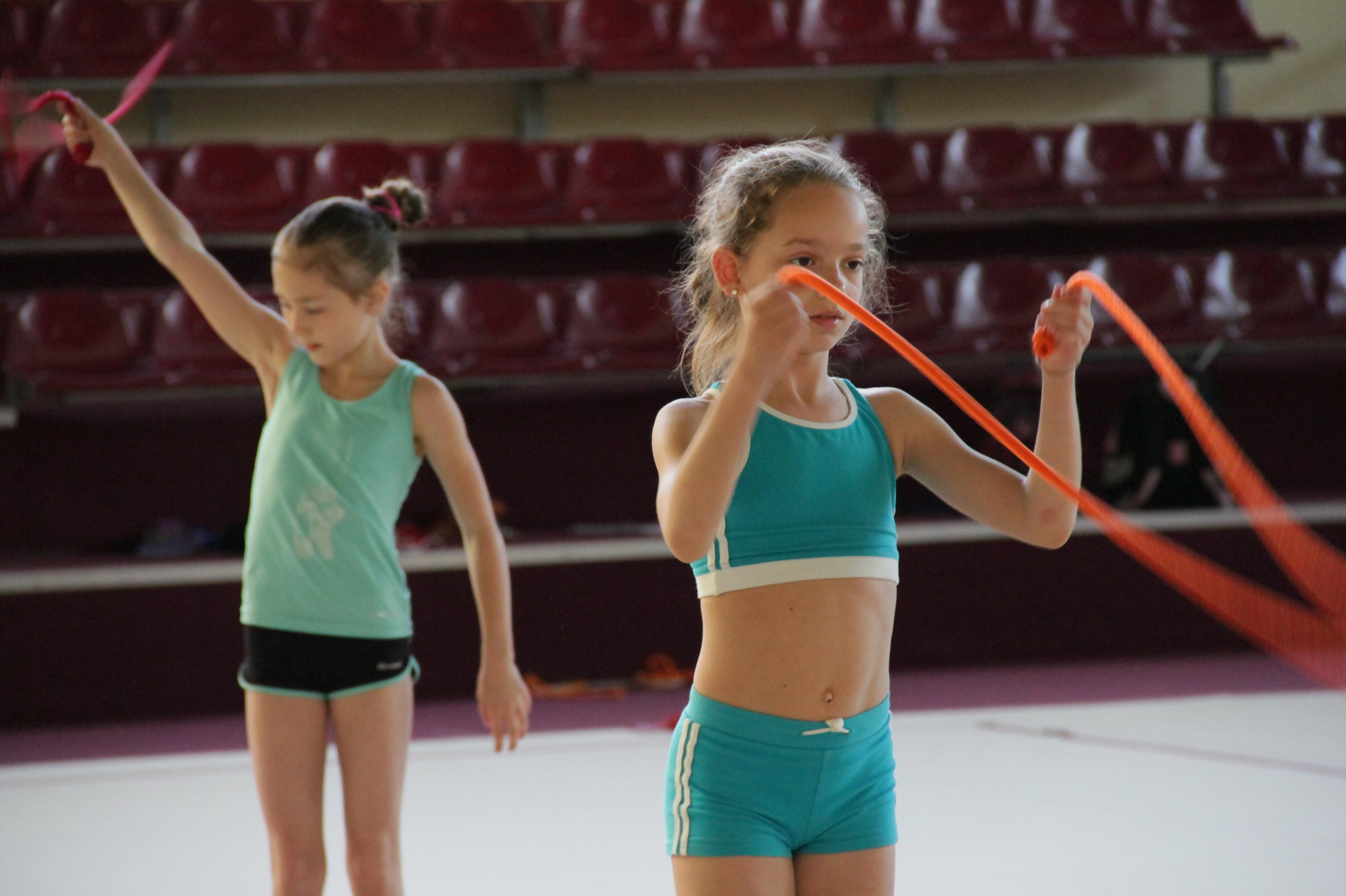 Гимнастки со скакалкой