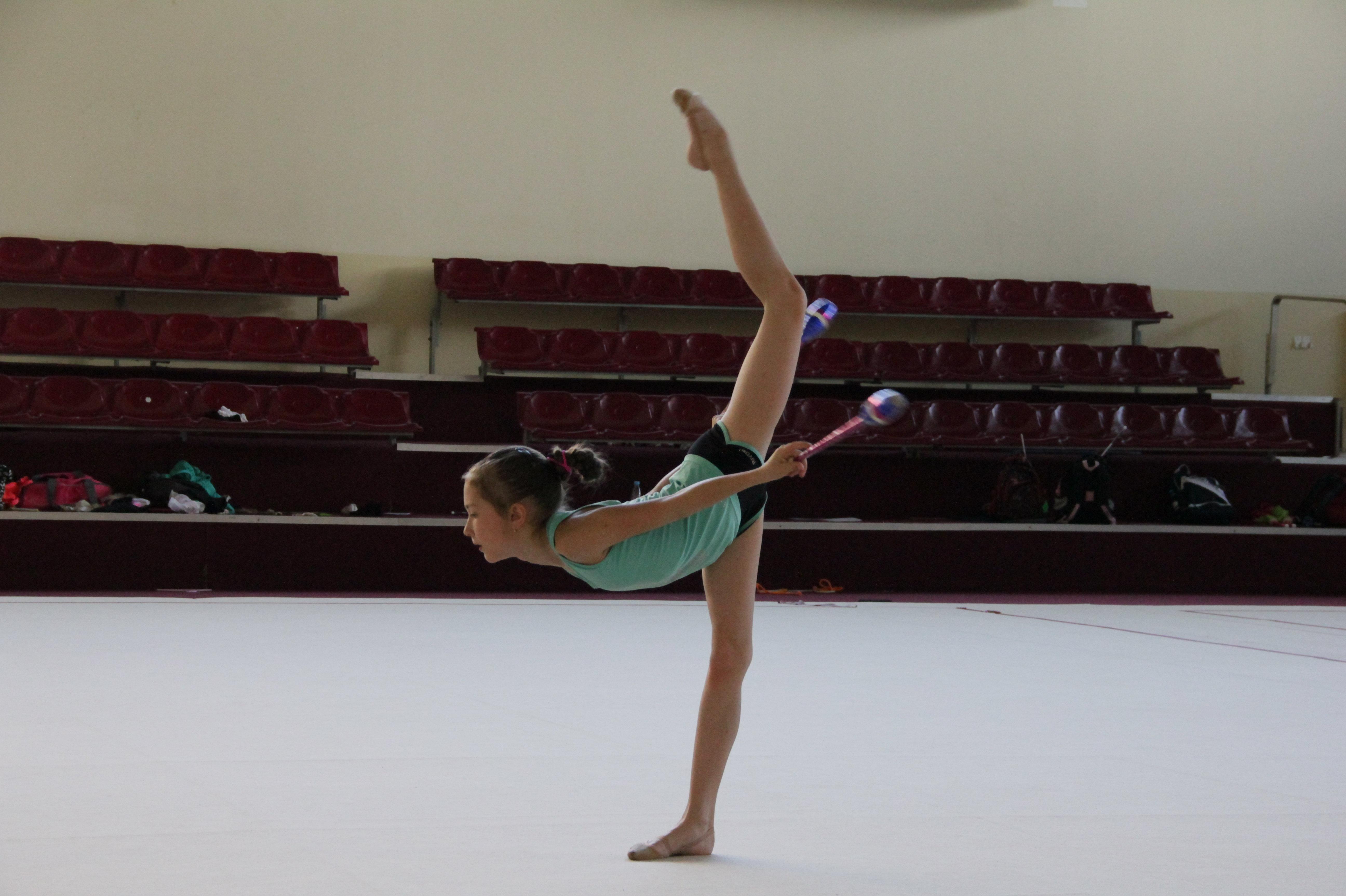 Тренировка маленькой гимнастки