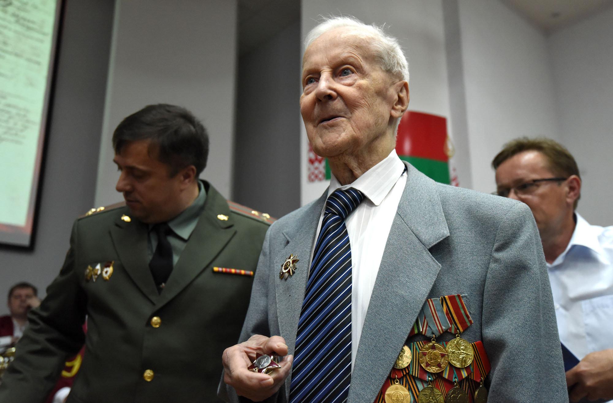 До сих пор лацканы пиджака Василия Хацулева украшали орден Великой Отечественной войны II степени и юбилейные медали