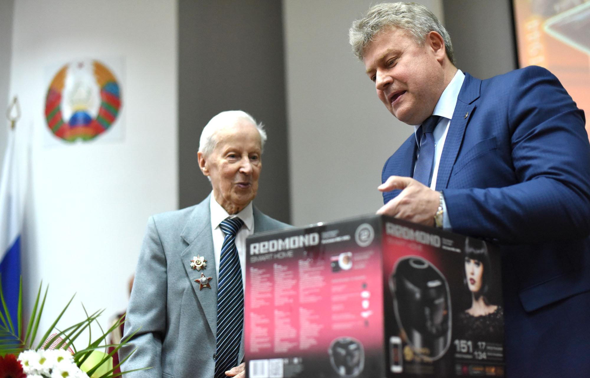 Гендиректор ОАО Гомельтранснефть Дружба Сергей Сосновский поздравил Василия Хацулева с заслуженной наградой.