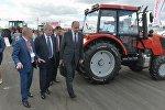 Семашко вместе с главой Минпрома Виталием Вовком и гендиректором МТЗ Федором Домотенко осматривают новые трактора