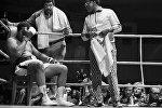 Легендарный американский боксёр Мохаммед Али (Кассиус Маркеллус Клэй) (слева) в Москве.